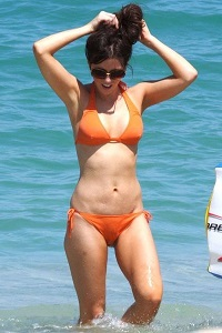 Kate Beckinsale orange bikini front cropped 200x300